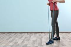 Тренировка девушки с резинкой Стоковое Фото