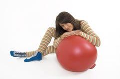 тренировка девушки шарика Стоковое Изображение