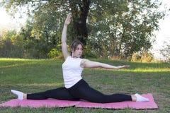 Тренировка девушки в природе Стоковая Фотография RF