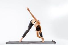 Тренировка девушки на вкосую мышцах Стоковые Изображения