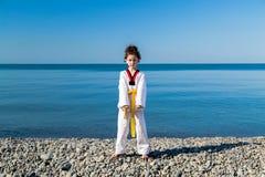 Тренировка девушки на пляже: Тхэквондо, спорт Стоковая Фотография RF