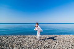 Тренировка девушки на пляже: Тхэквондо, спорт Стоковые Фотографии RF
