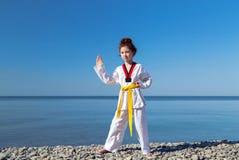 Тренировка девушки на пляже: Тхэквондо, спорт Стоковая Фотография