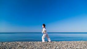 Тренировка девушки на пляже: Тхэквондо, спорт Стоковое Фото