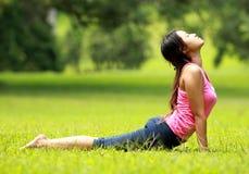 Тренировка девушки на траве Стоковые Изображения