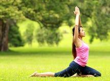 Тренировка девушки на траве Стоковое фото RF