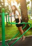 Тренировка девушки подростка в азиатском парке Стоковое Фото