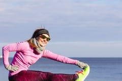 Тренировка девушки спорта фитнеса женщины внешняя в холоде Стоковые Изображения RF