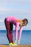 Тренировка девушки спорта фитнеса женщины внешняя в холоде Стоковое Изображение