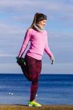 Тренировка девушки спорта фитнеса женщины внешняя в холоде Стоковые Изображения