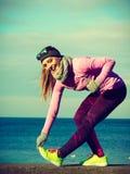 Тренировка девушки спорта фитнеса женщины внешняя в холоде Стоковые Фотографии RF