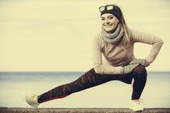 Тренировка девушки спорта фитнеса женщины внешняя в холоде Стоковая Фотография RF