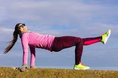 Тренировка девушки спорта фитнеса женщины внешняя в холоде Стоковое Фото