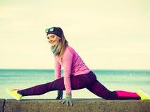 Тренировка девушки спорта фитнеса женщины внешняя в холоде Стоковая Фотография