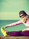 Тренировка девушки спорта фитнеса женщины внешняя в холоде Стоковые Фото