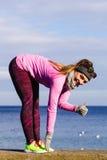 Тренировка девушки спорта фитнеса женщины внешняя в холоде Стоковое фото RF