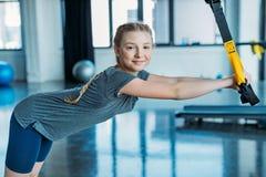 Тренировка девушки Preteen с диапазонами сопротивления в классе фитнеса стоковая фотография