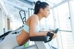 Тренировка ее тела к совершенству Стоковые Изображения RF