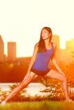 Тренировка женщины бегунка снаружи Стоковое фото RF