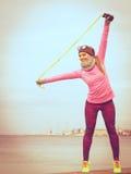 Тренировка женщины внешняя с веревочкой скачки на холодный день Стоковое фото RF