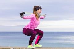 Тренировка женщины внешняя с веревочкой скачки на холодный день Стоковые Фото