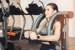 Тренировка женщины в заботе здоровья тела спортзала подходящей Стоковое Фото