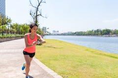 Тренировка женщины в парке и пользе умного вахты Стоковая Фотография