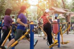 Тренировка женщины в парке с оборудованием тренировки Стоковая Фотография
