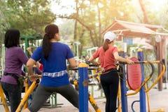 Тренировка женщины в парке с оборудованием тренировки Стоковые Изображения