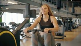 Тренировка женщины в спортзале с профессиональной машиной разминки сток-видео