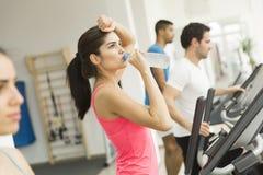 Тренировка женщины в спортзале Стоковые Фотографии RF