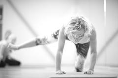 Тренировка женщины в спортзале, monochrome стоковое фото