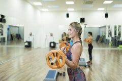Тренировка женщины красоты с баром в классе насоса тела Стоковые Фото