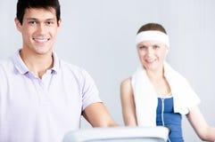 Тренировка женщины на оборудовании спортзала с каретой в спортзале Стоковые Изображения RF