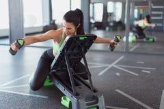 Тренировка женщины на платформе шага с гантелями стоковая фотография rf