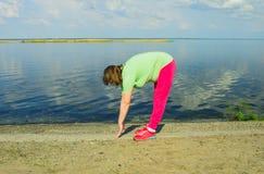 Тренировка женщины на речном береге Стоковые Фото