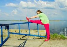 Тренировка женщины на речном береге Стоковые Фотографии RF
