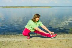 Тренировка женщины на речном береге Стоковое Фото