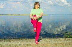 Тренировка женщины на речном береге Стоковая Фотография