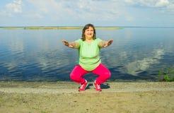 Тренировка женщины на речном береге Стоковое Изображение RF