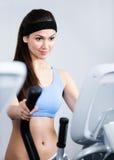 Тренировка женщины на тренировке спортзала в спортзале Стоковые Фото