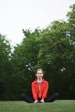 Тренировка женщины спорта в парке Стоковые Изображения
