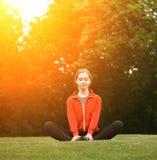 Тренировка женщины спорта в парке Стоковое Изображение