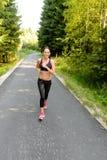 Тренировка женщины спортсмена для идущей гонки внешней Стоковая Фотография