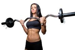 Тренировка женщины с штангой стоковая фотография