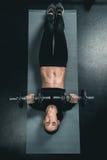 Тренировка женщины фитнеса с гантелями и лежать на циновке Стоковые Изображения RF