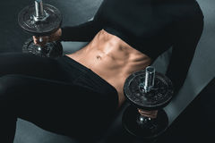 Тренировка женщины фитнеса с гантелями и abs делать на циновке Стоковое фото RF