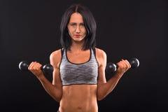 Тренировка женщины фитнеса с гантелями Стоковые Фото