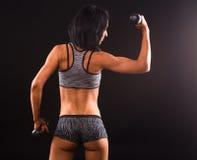 Тренировка женщины фитнеса с гантелями Стоковая Фотография