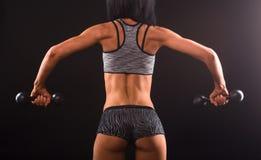 Тренировка женщины фитнеса с гантелями Стоковые Изображения RF